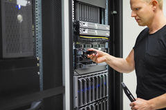 IT Ingenieur Installing Hard Drive in Rekserver stock foto's