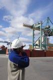 Ingenieur met haven en kraan Royalty-vrije Stock Afbeelding