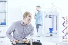 Ingenieur met laptop het testen printer Royalty-vrije Stock Afbeelding