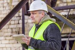 Ingenieur met tabletpc in fabriek Stock Afbeeldingen