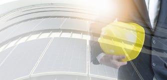 Ingenieur met veiligheidshelm op zonne-energieachtergrond Zaken over Natuurlijk energieconcept royalty-vrije illustratie