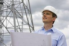 Ingenieur mit Lichtpause Lizenzfreie Stockfotografie