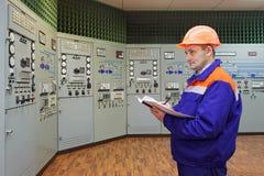Ingenieur mit Logonhauptleitungsbedienfeld Stockfotografie
