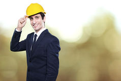 Ingenieur mit Sturzhelm auf Hintergrund Lizenzfreie Stockfotos