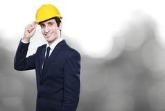 Ingenieur mit Sturzhelm auf Wandhintergrund Lizenzfreies Stockfoto