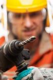 Ingenieur- oder Arbeitersmann im Sicherheit Hardhatsturzhelm, der h hält Lizenzfreies Stockfoto