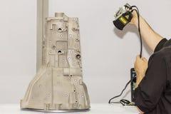 Ingenieur oder Betreiber, der sich vorbereiten, gibt rosa hellen Laser von einer tragbaren Ausrüstung der hohen Genauigkeit des S lizenzfreies stockfoto