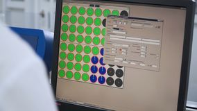 Ingenieur oder Techniker, die an einem Personal-Computer arbeiten clip Sich entwickelnde Programmierung und Kodierung von Technol lizenzfreie stockfotos
