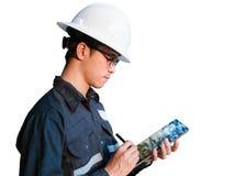 Ingenieur oder Techniker im weißen Sturzhelm, in den Gläsern und im blauen Arbeiten lizenzfreie stockfotos