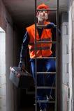 Ingenieur op de ladder stock foto