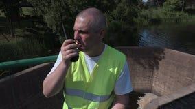 Ingenieur op de walkie-talkie die tablet op sluisdeur gebruiken stock videobeelden