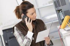 Ingenieur op telefoon die met kringen werken royalty-vrije stock afbeelding