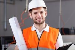 Ingenieur in pakhuis met project Stock Fotografie