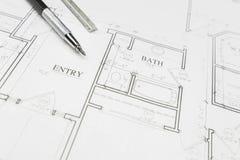 Ingenieur Pencil en Heerser die op Huisplannen rusten Stock Afbeelding