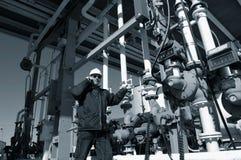 Ingenieur am Raffineriekraftstoffterminal Stockfotografie