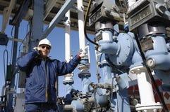 Ingenieur am Schmieröl- und Gasdepot Stockfoto