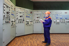 Ingenieur schreibt in Klotz Stockbild