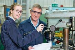 Ingenieur Showing Female Apprentice hoe te om Boor te gebruiken royalty-vrije stock fotografie