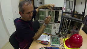 Ingenieur Solves een Probleem stock videobeelden