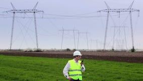 Ingenieur spricht auf einem Funksprechgerät stock video