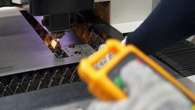 Ingenieur steuert den Ausschnitt von Metallplatten stock video
