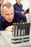 Ingenieur-Studying Component In-Werkstatt Stockfotografie