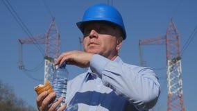 Ingenieur Take Breakfast Eat ein Imbiss und Süßwasser trinken stockfotos