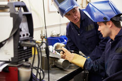 Ingenieur-Teaching Apprentice To-Gebrauch TIG Welding Machine Lizenzfreie Stockfotografie