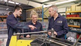 Ingenieur-Teaching Apprentices To-Gebrauchs-Rohr-verbiegende Maschine stock video footage