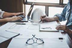 Ingenieur Teamwork Meeting, zeichnende Funktion auf Plansitzung f?r Projektfunktion mit Partner auf vorbildlichem Geb?ude und Tec lizenzfreie stockfotografie
