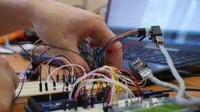 Ingenieur of technicusraad van de reparatie de elektronische kring De mensenwerken met elektronische kringsraad stock footage