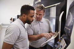 Ingenieur Training Male Apprentice aan Gebruikscnc Machine in Fabriek royalty-vrije stock foto's
