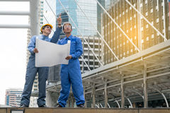 Ingenieur und Architekt, die an der Baustelle arbeiten Stockbild