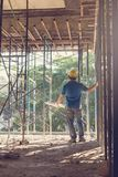 Ingenieur und Architekt, die an der Baustelle mit Plan arbeiten, Stockfotografie