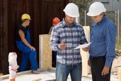 Ingenieur und Architekt, die Schreibarbeit besprechen Stockfotos