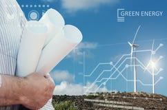 Ingenieur und ein windfarm Lizenzfreies Stockbild