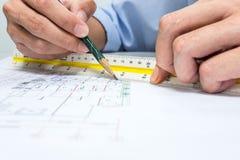 Ingenieur und Zeichenpapier Stockbild