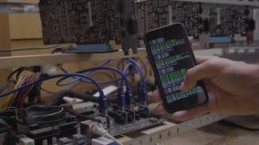 Ingenieur unter Verwendung der Bergbausoftware-Anwendung auf seinem aufpassenden Bergbaufortschritt des Smartphone angeschlossen  stock video