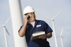 Ingenieur Using Cell Phone bij Windlandbouwbedrijf Stock Afbeeldingen