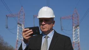 Ingenieur Using Cell Phone in der Wartungs-Tätigkeit stockbilder