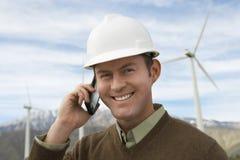 Ingenieur Using Mobile Phone bij Windlandbouwbedrijf Stock Foto's