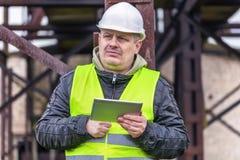 Ingenieur, welche nach Informationen im Tablet-PC sucht Stockfotos