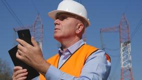 Ingenieur Work in Energieindustrie die Onderhoudswerk met Celtelefoon ter beschikking doen stock foto