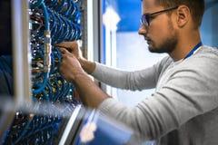 Ingenieur Working met Servers stock fotografie