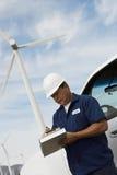 Ingenieur Writing On Clipboard bij Windlandbouwbedrijf royalty-vrije stock foto's
