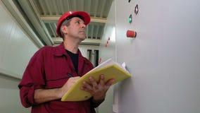 Ingenieur Writing im Betriebselektrischen Raum stock video footage