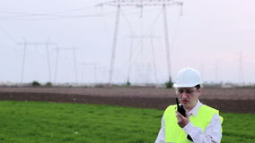 Ingenieuraufsichtskraft zwischen Fernleitung stock video footage