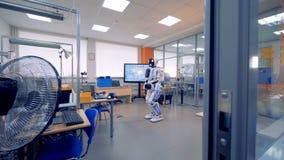 Ingenieurbüroraum mit einem menschlich ähnlichen Roboter in ihm stock video
