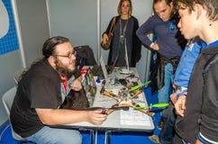 Ingenieurdesigner Designer des Laptops erklärt Leuten dem Publikum über das Neuentwicklung fliegende Kontrollbrummen mit propelle Stockbild
