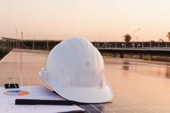 Ingenieure ?berpr?fen die Leistungskurve der Energieerzeugung von den Sonnenkollektoren, die alternative Energie sind und welches lizenzfreie stockfotografie